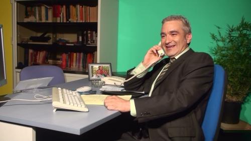 Don Ramiro, el director del banco, al teléfono.