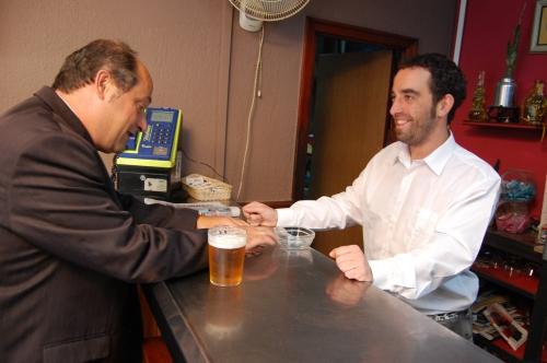Don Antonio en el bar con Ibai.