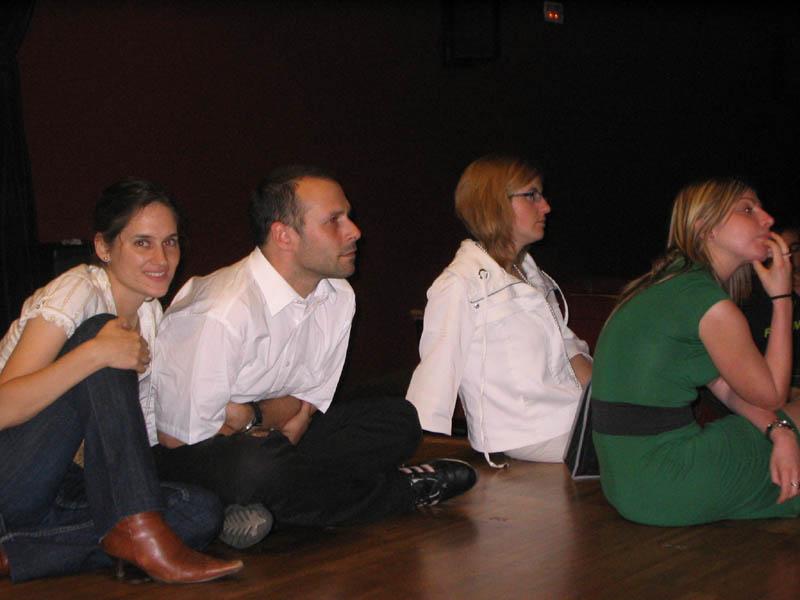 Vanesa, Edu, Dolma y Naza atentos a las explicaciones de Eva.