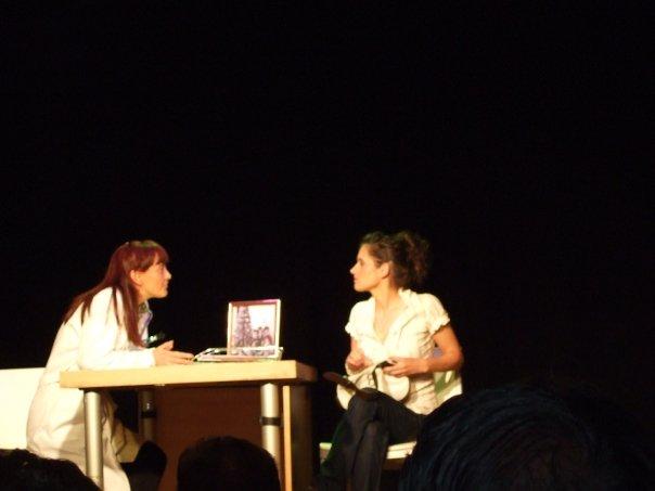 Luisa y Yolanda escuchando las directrices de Eva.