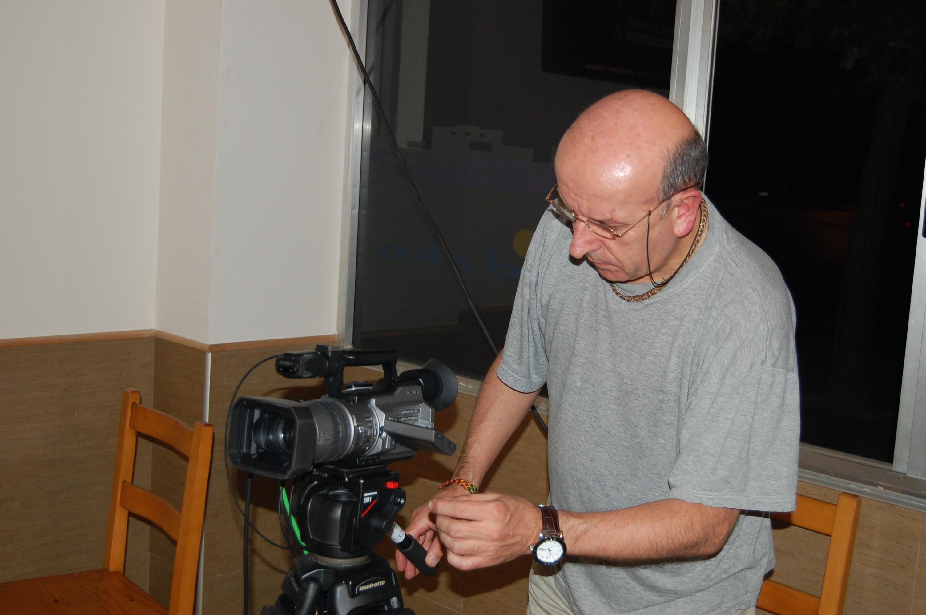 El cámara con la cámara.